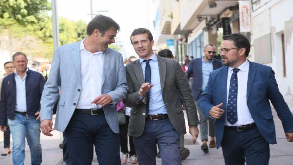 El candidato del partido al Ayuntamiento de Puerto del Rosario, Fernando Enseñat; el presidente del Partido Popular, Pablo Casado; y el presidente de los populares de Canarias, Asier Antona, en la capital de Fuerteventura, Puerto del Rosario.