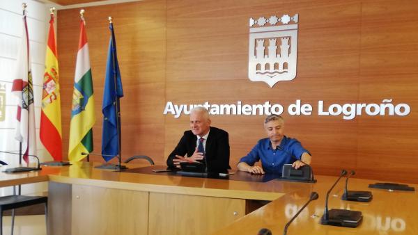 El alcalde de Logroño, Pablo Hermoso de Mendoza, a la izquierda, y el secretario del PSOE riojano, Francisco Ocón, hablan a los medios antes de su primer encuentro oficial