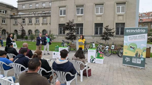 La conselleira de Medio Ambiente, Territorio e Vivenda, Ángeles Vázquez, hace balance de la campaña de recogida de vidrio de la Xunta y Ecovidrio en San Juan en A Coruña.