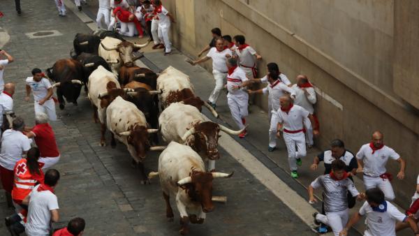 Decenas de personas corren en el segundo encierro de las fiestas de San Fermín con toros de la ganadería José Cebada Gago.
