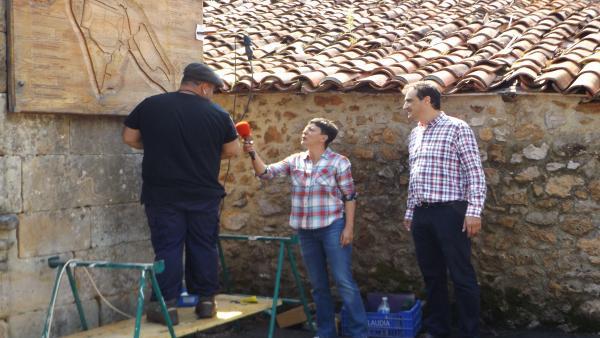 Eva Hache con el alcalde de Alfoz de Lloredo, Enrique Bretones, por la grabación de 'La Paisana'