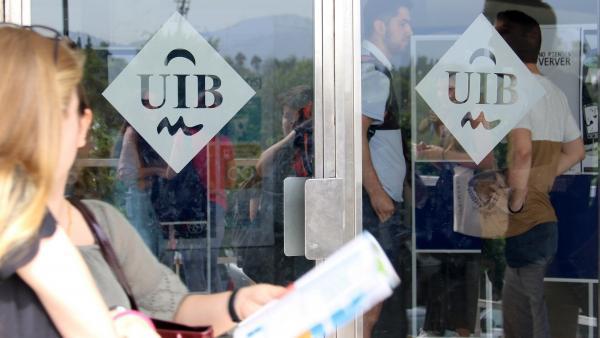 Puertas con el logo de la UIB. Imagen de recurso.