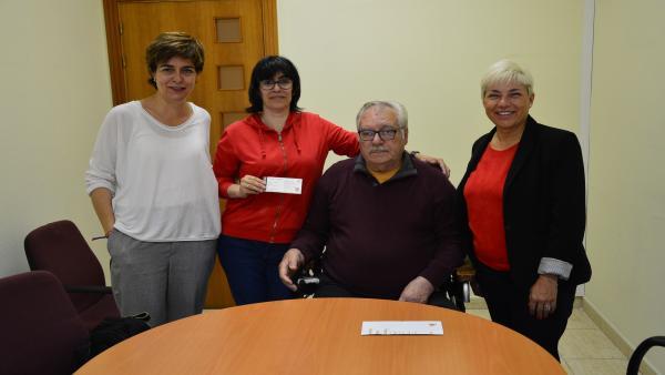 Las junteras de E-Podemos Gipuzkoa Mariví Eizagirre y María Valiente con miembros de Gielmar