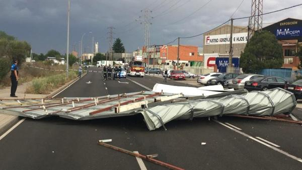 Tejado desprendido de una nave que ha caído en la calle Topacio de Valladolid.
