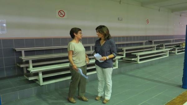La concejala de Derechos Sociales, Regina Cairol -a la derecha_ en el pabellón la Antorxa.