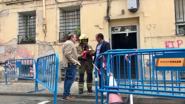 Ángel Lorén visita el edificio en el que se ha producido el derrumbe.