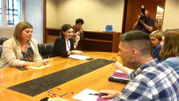 Reunión entre las diputadas del PSOE Dolores Carcedo y Gimena Llamedo y los parlamentarios de Podemos Daniel Ripa, Lorena Gil y Rafael Palacios.