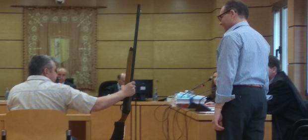 El acusado de matar al director de banco de la Solana reconoce el arma del crimen como suya durante el juicio.