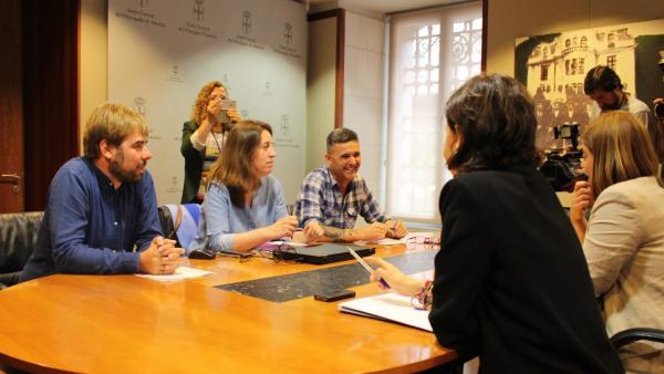 Reunión entre los diputados de Podemos, Daniel Ripa, Lorena Gil y Rafael Palacios, y las parlamentarias del PSOE Dolores Carcedo y Gimena Llamedo.
