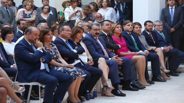 Los diez consejeros que acompañarán a García-Page en el Ejecutivo de Castilla-La Mancha, durante el acto en el que han tomado posesión