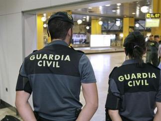 Dos agentes de la Guardia Civil, en una imagen de archivo