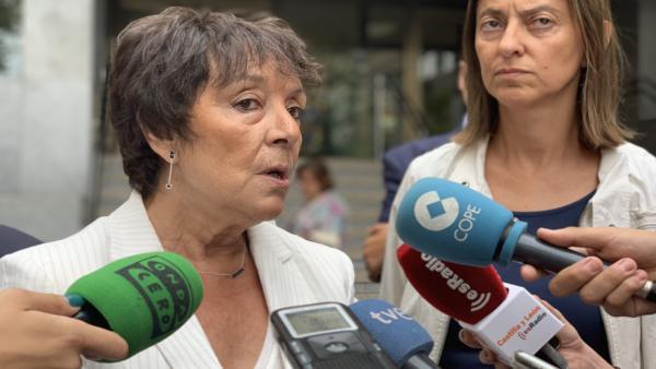 La delegada del Gobierno en Castilla y León, Mercedes Martín, atiende a los medios de comunicación ante la Delegación.