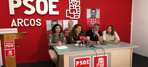 Los representantes autonómicos y municipales del PSOE durante la rueda de prensa en Arcos