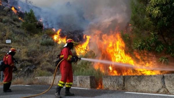 Bomberos luchando contra el fuego.