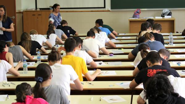 Foto de archivo de estudiantes efrentándose a la EBAU