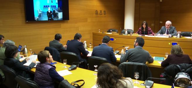 En la televisión de la izquierda, Álvaro Perez (el bigotes) durante su comparecencia sobre el caso Taula en las Cortes Valencianas por videoconferencia.