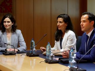 Los portavoces de PP, Ciudadanos y Vox en Madrid, Ayuso, Aguado y Monastero, se reúnen en la Asamblea.