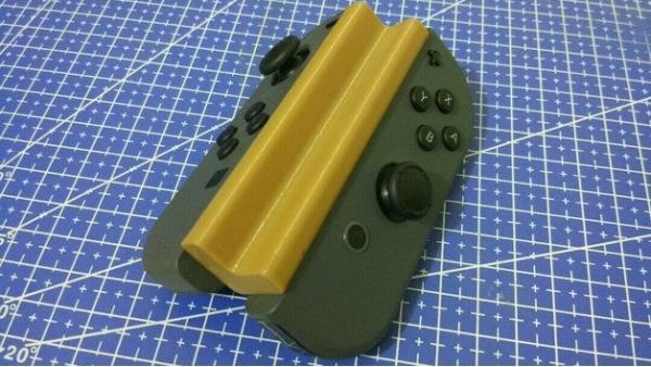 Accesorio hecho con una impresora 3D que une los dos Joy-Con de la Nintendo Switch para jugar con una mano