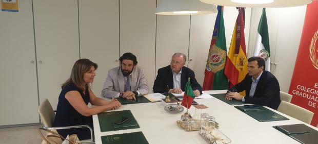 El presidente y vicepresidente del Colegio de Graduados Sociales junto con parlamentarios del PP