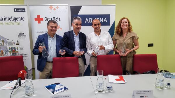 Javier del Sol y Jesús Mª García,  de Aquona  y Carlos Santos y Eva Alemán, de Cruz Roja.
