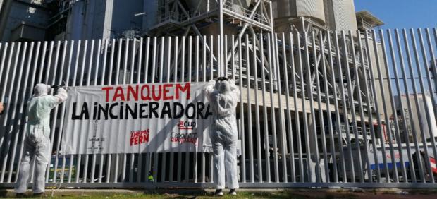 Acción de protesta de la CUP-Cagirem Barcelona ante la incineradora TERSA de Sant Adrià del Besós.