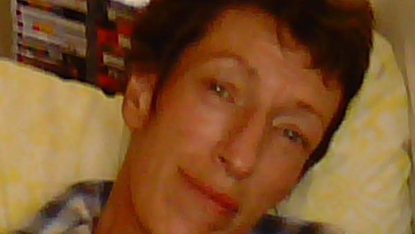 Elena Struthers-Gardner, la mujer de 60 años que murió por una pajita de metal.