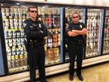 Un supermercado de Keller, EE UU, ha contratado guardias de seguridad para vigilar los helados