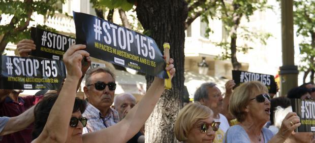 Manifestantes de la Assemblea Nacional Catalana (ANC) sosteniendo carteles contra la constitución de la nueva Diputació de Barcelona.