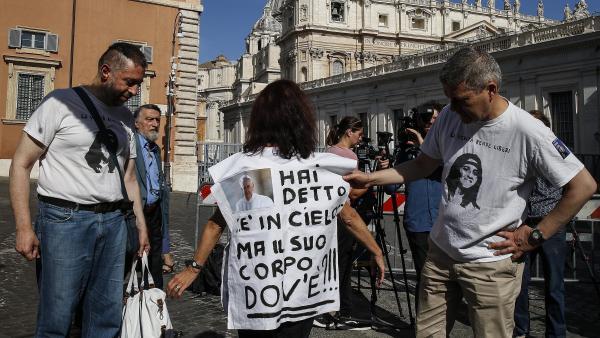 """Mujer con un mensaje en su camiseta: """"Dices que está en el cielo, pero, ¿dónde está su cuerpo?"""""""
