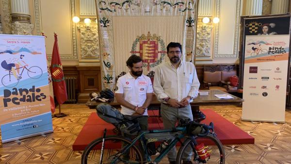 El ciclista aficionado Sergio Monge junto al concejal Alberto Bustos.