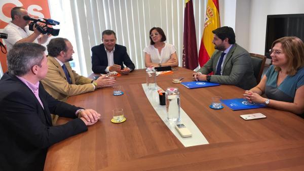 Imagen de la reunión entre PP, Vox y Cs en la Asamblea Regional