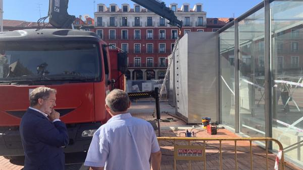 Manuel Saravia observa una de las últimas obras del aparcamiento de la Plaza Mayor.