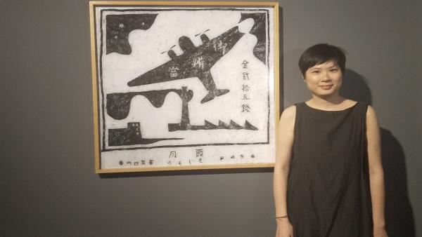 La artista china Hou I-Ting junto a una de las 24 fotografías que componen su obra  'Tejiendo identidades', este jueves en el Centro de Historias.