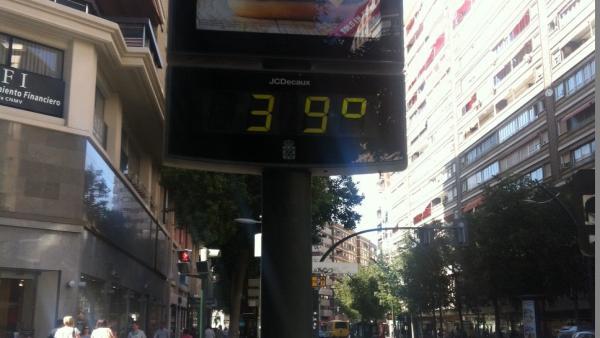 Un termómetro marca 39 grados centígrados en la Gran Vía de Murcia. Calor. Temperaturas