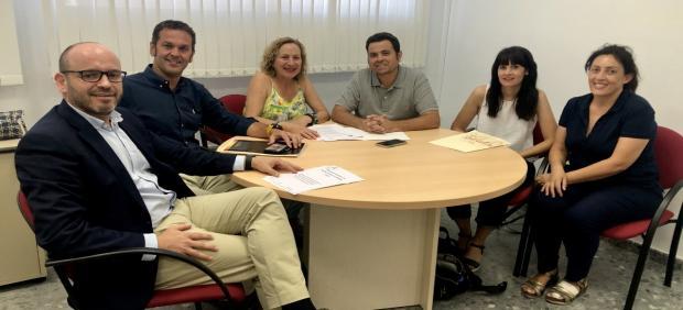 Bernardo Jordano (izda.), en la reunión con representantes de la Asociación Provincial de Personas Sordas de Córdoba.