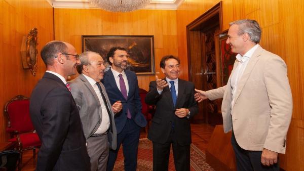 La directiva de la Asociación de Directivos y Ejecutivos de Aragón se reúne con el alcalde de Zaragoza, Jorge Azcón.