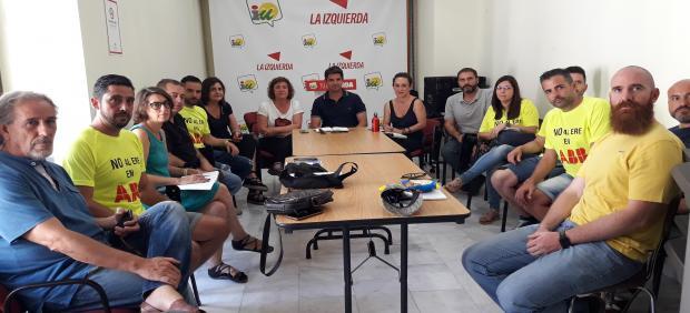 Reciente reunión entre responsables de IU y CCOO con el comité de empresa de ABB en Córdoba, en una imagen de archivo.