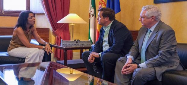 Gustavo de Medina (Presidente de ASET), Marta Bosquet (Presidenta del Parlamento) y Francisco Guerrero (Vicepresidente I de ASET) en la reunión.