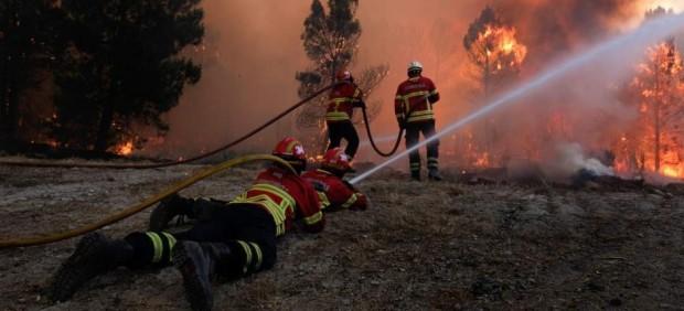 Bomberos luchando contra un incendio en Portugal
