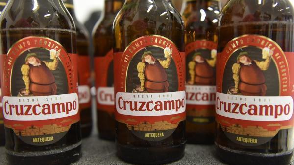 Botellines de Cruzcampo que muestran Antequera