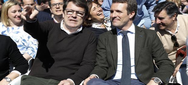 El presidente del Partido Popular de Castilla y León, Alfonso Fernández Mañueco y el presidente nacional del Partido Popular y candidato a la Presidencia del Gobierno, Pablo Casado en un mitin de campaña del Partido Popular en la Plaza de San Pablo, Valla
