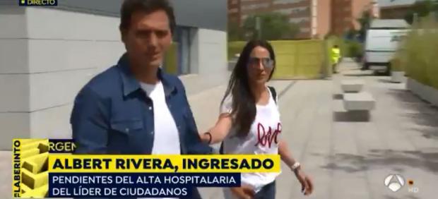 Albert Rivera, a su salida del hospital acompañado de Malú, su pareja.