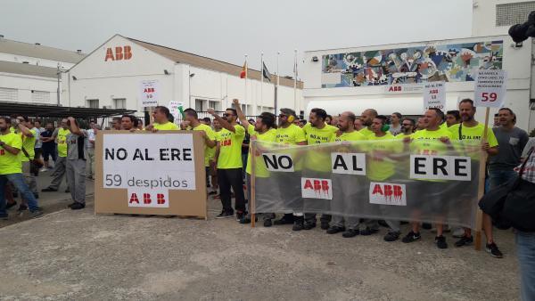 Trabajadores de ABB concentrados ante la factoria de Córdoba contra el ERE planteado por la empresa.