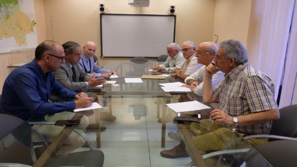 Salvador Fuentes (izda., centro) en la reunión con representantes de los colegios profesionales en la sede de la GMU.
