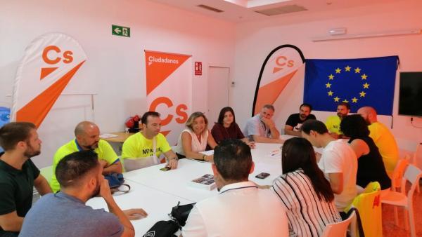 Isabel Albás (centro) en su reunión con el comité de empresa de ABB