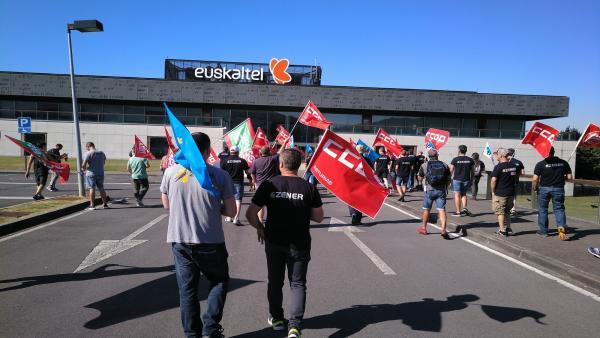 Protesta de trabajadores de Zener ante la sede de Euskaltel