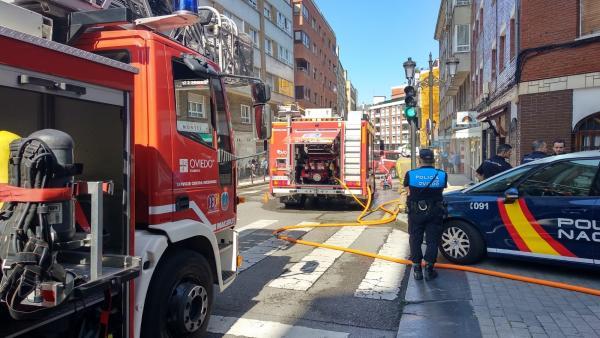 Bomberos intervienen en un local en Oviedo