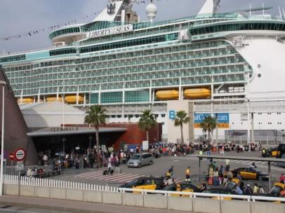 Pasajeros entrando y saliendo de un crucero en Barcelona.