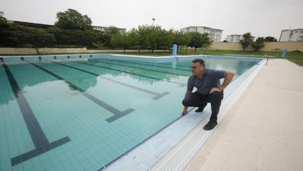 El concejal delegado de Deportes, Educación e Infancia del Ayuntamiento de Córdoba, Manuel Torrejimeno (Cs), en la piscina municipal de la calle Marbella.