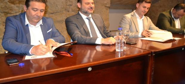 El ministro en funciones de Fomento y secretario federal de Organización del PSOE, José Luis Ábalos (centro), durante la firma del acuerdo de Gobernabilidad.